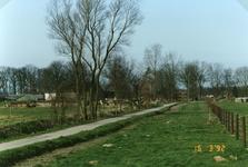 RO_RIETDIJK_03 De Rietdijk in oude staat voor de verbreding, de afrastering is reeds verplaatst naar rechts. Links de ...