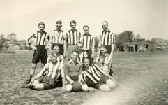 RO_SPORT_04 Voetbalvereniging Rockanje. Staand: 2e van links: Wim Stein. Zittend: voorste rij, uiterst rechts: Adam ...