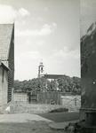 SH_LAGEWEG_11 De kerk van Simonshaven, op de voorgrond een mestvaalt; 20 oktober 1961