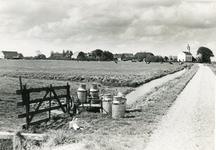 SH_LAGEWEG_12 De kerk van Simonshaven, op de voorgrond melkbussen; ca. 1961