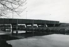 SP_BALJUWLAAN_002 Spijkenisse; De brug van de Baljuwlaan over de Vierambachtenboezem, ca. 1985