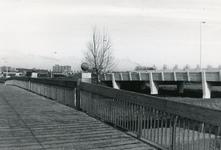 SP_BALJUWLAAN_003 De brug van de Baljuwlaan over de Vierambachtenboezem, gezien vanaf de naastgelegen fietsbrug; ca. 1985