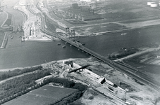SP_BRUGGEN_BOTLEKBRUG_017 Luchtfoto van de Botlekbrug en de aanleg van de Botlektunnel; 1978