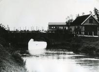 SP_BRUGGEN_DERDEHEULBRUG_002 Spijkenisse; De Derde Heulbrug over de boezem, ter hoogte van de Kerkstraat. Rechts het ...