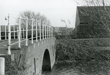 SP_BRUGGEN_DERDEHEULBRUG_004 Spijkenisse; De Derde Heulbrug over de boezem, ter hoogte van de Kerkstraat, 1985