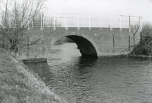 SP_BRUGGEN_DERDEHEULBRUG_005 Spijkenisse; De Derde Heulbrug over de boezem, ter hoogte van de Kerkstraat, 1985