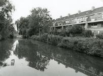 SP_FLUISTERBOOT_006 Spijkenisse; Woningen langs het Koningin Julianaplein gezien vanaf de Vierambachtenboezem. De brug ...