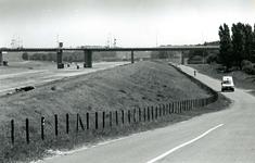 SP_MARKENBURGWEG_005 Spijkenisse; Kijkje op de Hartelbrug vanaf de Markenburgweg, 21 juli 1994