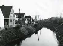 SP_MOLENLAAN_007 Spijkenisse; De Vierambachtenboezem en de woningen langs de Molenlaan. Molen Nooitgedacht op de ...
