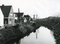 SP_MOLENLAAN_007 De Vierambachtenboezem en de woningen langs de Molenlaan. Molen Nooitgedacht op de achtergrond; 1961