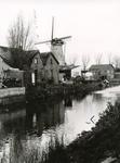 SP_MOLENLAAN_011 Spijkenisse; De Vierambachtenboezem en de woningen langs de Molenlaan. Molen Nooitgedacht op de ...