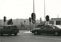 SP_NOORDEINDE_088 Het tankstation De Witte Pomp aan het einde van het Noordeinde. Op de achtergrond winkelcentrum De ...