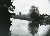 SP_VIERAMBACHTENBOEZEM_001 Spijkenisse; De Vierambachtenboezem met op de achtergrond de Kerkweg (Karel Doormanstraat), 1935