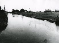 SP_VIERAMBACHTENBOEZEM_005 Spijkenisse; De Vierambachtenboezem met op de achtergrond de Kerkweg (Karel Doormanstraat), 1953