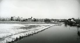 SP_VIERAMBACHTENBOEZEM_006 Spijkenisse; De Vierambachtenboezem, met de eerste Rioolwaterzuiveringsinstallatie. Rechts ...