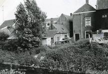 SP_VIERAMBACHTENBOEZEM_007 Gezicht op de achterzijde van het Noordeinde, de Boezemzijde. Het kleine lage huisje beneden ...