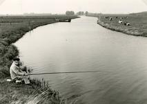 SP_VIERAMBACHTENBOEZEM_009 Spijkenisse; Gezicht op de Vierambachtenboezem, een visser langs de oever, 1988