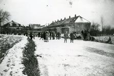 SP_VIERAMBACHTENBOEZEM_019 IJspret op de Vierambachtenboezem. Rechts de openbare lagere school aan het Vredehofstraat; 1929