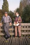 SP_VIERAMBACHTENBOEZEM_022 Spijkenisse; Eendjes voeren door het echtpaar Ruth v/d Wetering en Jana Kweekel, 1989