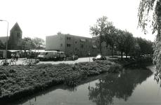 SP_VIERAMBACHTENBOEZEM_026 Spijkenisse; Gezicht op de Vierambachtenboezem, de Dorpskerk en verzorgingstehuis De Vier ...