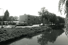 SP_VIERAMBACHTENBOEZEM_026 Gezicht op de Vierambachtenboezem, de Dorpskerk en verzorgingstehuis De Vier Ambachten; 14 ...