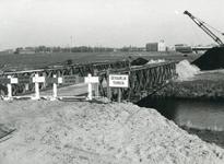 SP_VIERAMBACHTENBOEZEM_030 Spijkenisse; Een baileybrug over de Vierambachtenboezem, 1981