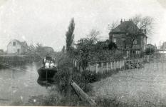 SP_VIERAMBACHTENKADE_001 Gezicht op de Vierambachtenboezem, met de pastorie; ca. 1930
