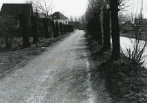 SP_VIERAMBACHTENKADE_003 Gezicht op de Vierambachtenboezem, met op de achtergrond links de pastorie en rechts het ...