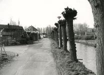 SP_VIERAMBACHTENKADE_010 De geknotte wilgen langs de Vierambachtenkade. Op de achtergrond de pastorie; 1988