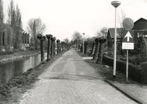 SP_VIERAMBACHTENKADE_012 Spijkenisse; De geknotte wilgen langs de Vierambachtenkade. Op de achtergrond de gereformeerde ...