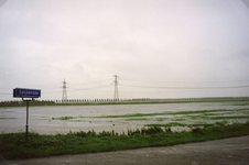 SP_WATEROVERLAST_013 Hoog water in de polder na overvloedige regenval. De Lageweg, gezien vanaf de Lageweg; September 1998