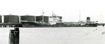 SP_WELPLAAT_032 Het eerste schip in de 3e Petroleumhaven op de voormalige Welplaat; ca. 1960