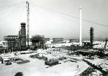 SP_WELPLAAT_039 De ESSO raffinaderij op de voormalige Welplaat is in aanbouw; Mei 1960