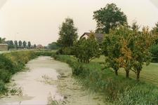 TI_DERIK_003 De Rik met watering ter hoogte van de Konneweg met op de achtergrong loonbedrijf Varenkamp.; 1988