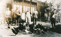 TI_PERSONEN_004 Familie J. Mol voor het kippenhok aan de Hortweg; ca. 1920