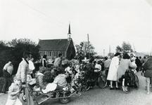 TI_PERSONEN_029 Optocht van kinderen vanaf de school aan de Strypsedijk; 10 mei 1984