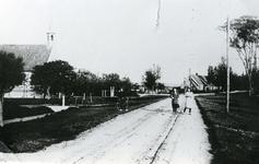 TI_STRYPSEDIJK_002 Strypsedijk met de gereformeerde kerk. De dijk heeft nog het paardenpad midden over de weg; ca. 1930