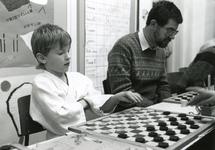 TI_STRYPSEDIJK_008 Spelletjesdag in de school aan de Strypsedijk, schaken met de hoofdonderwijzer Tange; 7 juli 1988