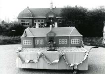 TI_STRYPSEDIJK_013 School met de Bijbel Tintestein aan de Strypsedijk, met op de voorgrond een maquette van het gebouw; ...
