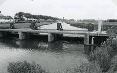 VP_ACHTERDIJK_029 Waterstuw in hoofdwaterafvoer door Voorne naar gemaal Trouw. Op de achtergrond de Rijksstraatweg; ca. 1980