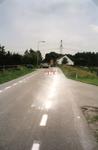 VP_ACHTERDIJK_017 Asfalteringswerkzaamheden aan de Achterdijk met rechts de stoep naar de boerderij van C. de Snayer; ...