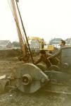 VP_ACHTERDIJK_018 Het slaan van de eerste paal in het uitbreidingsplan Zuid met links op de achtergrond de afgegraven ...