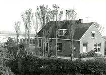 VP_ACHTERDIJK_022 Glastuinbouw in Vierpolders: een woning met kassen; 1966