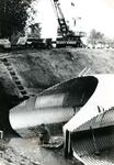 VP_ACHTERDIJK_028 Doorlaat voor de hoofdwaterafvoer onder de Achterdijk nabij de waterstuw langs de Rijksstraatweg; ca. 1976