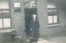 VP_PERSONEN_006 Pie Bravenboer (22 maart 1919 - 5 februari 2000) voor de ingang van café Halfweg; ca. 1936