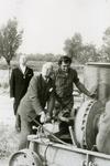 VP_PERSONEN_072 Werkbezoek van mr. J. Klaasesz, commissaris der koningin van Zuid-Holland, slaan van de eerste pal voor ...