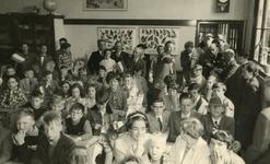 VP_PERSONEN_075 Werkbezoek van mr. J. Klaasesz, commissaris der koningin van Zuid-Holland, in een klaslokaal van de ...