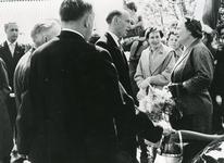 VP_PERSONEN_076 Werkbezoek HM koningin Juliana en mr. J. Klaasesz, commissaris der koningin van Zuid-Holland, bij ...