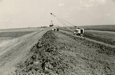 ZL_DIJKVERSTERKING_11 Kijkje op de Zeedijk, richting de Koeneweg. Op de achtergrond de boerderij van Oosthoek; 1957