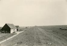 ZL_DIJKVERSTERKING_12 Kijkje op de Zeedijk. De boerderij van Nobel tussen de Schoutsweg en de Koekendorpsweg; 1957